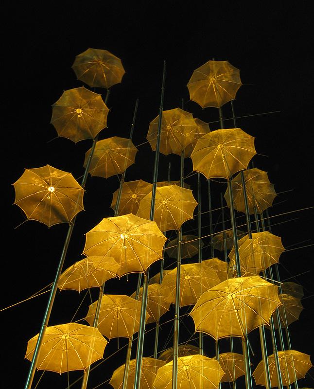 Golden_umbrellas_by_avallaunius